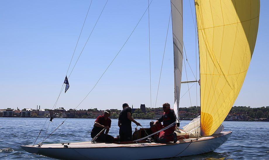 En W-båd kan synke, men det er aldrig sket for Finn Hørup Nielsen, der dog fik 200 liter vand i båden, under en Møn Rundt-kapsejlads. Manuelle pumper er om bord. Foto: Troels Lykke