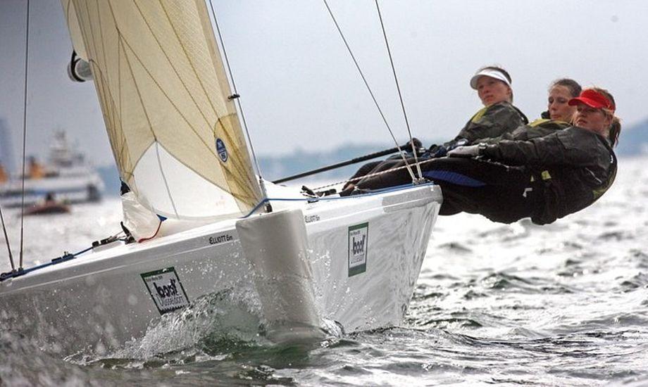 Elliott 6M sejles af tre 'mand'.