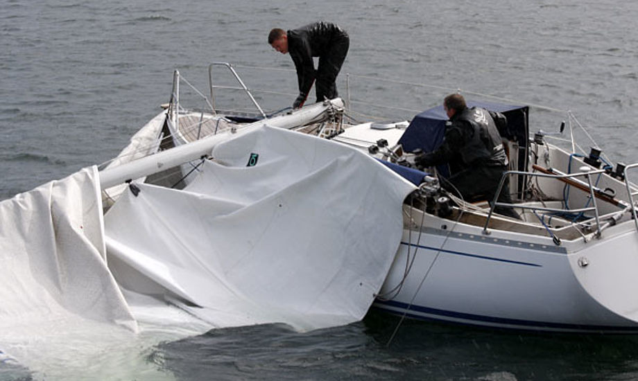 Mast knækket på 32 fods båd i Århusbugten. Foto: Niels Kjeldsen