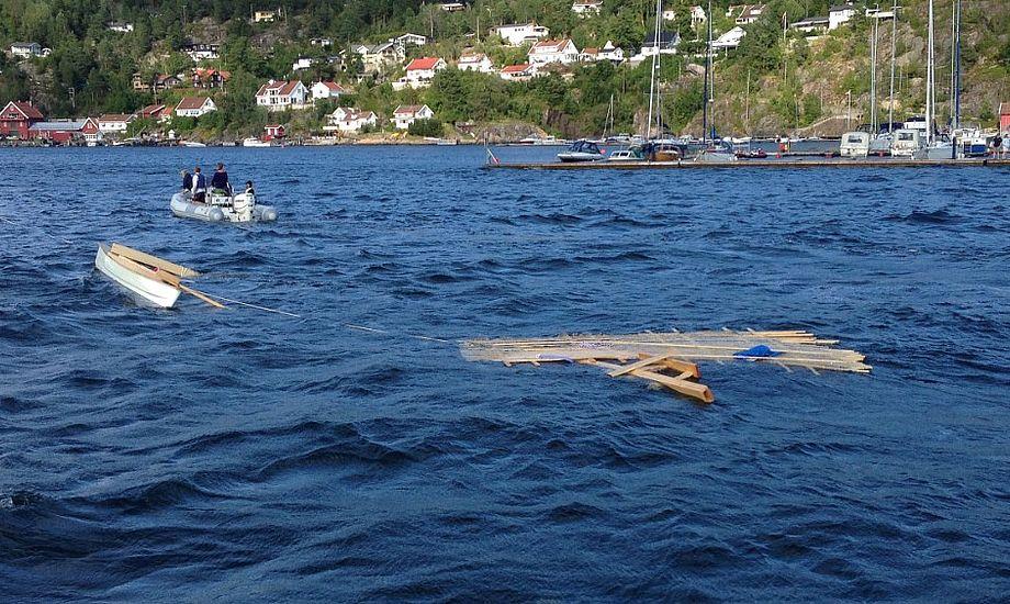 Familie måtte fredag opsøge hjælp, da deres katamaran gik fra hinanden. Foto: Redningsselskapet