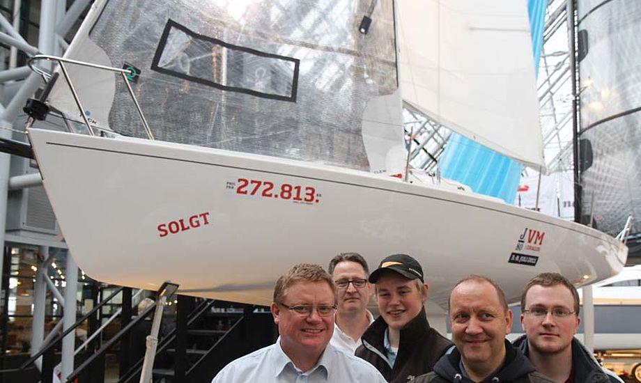 J/80 hold fra Gilleleje Sejlklub med ejer af båden Carsten Busk, der står til venstre og J/80 importør Lars Hallkvist står i baggrunden. Foto: Troels Lykke