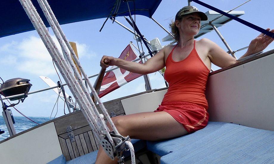 Signe Storr sidder her ved roret i sejlerparrets 30-fods sejlbåd. Foto: Henrik Hansen