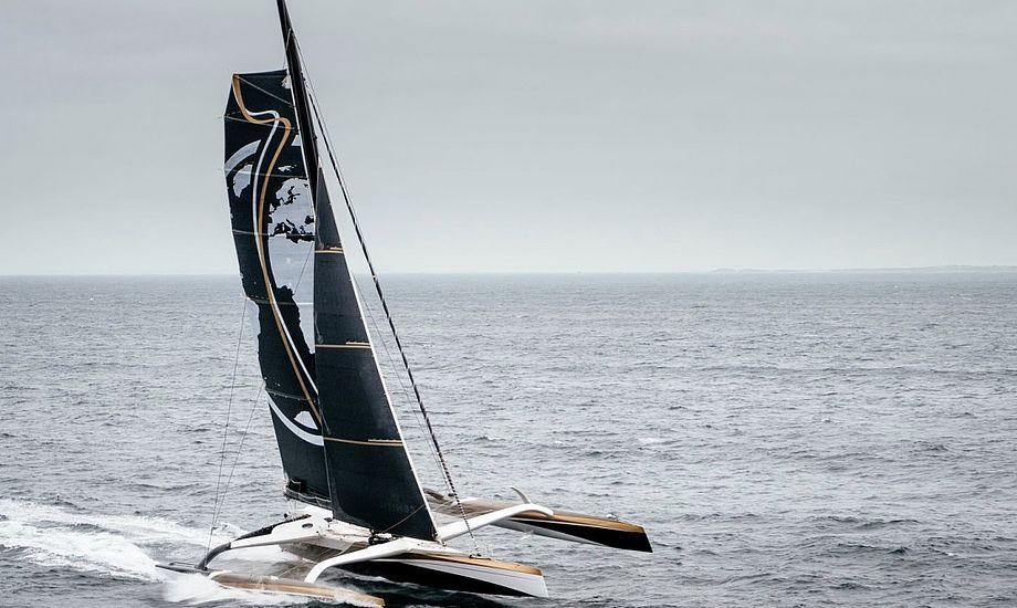 Den 103 fod lange Spindrift-trimaran er i øjeblikket på vej mod startlinjen i Jules Verne Trophy. Foto: PR-foto