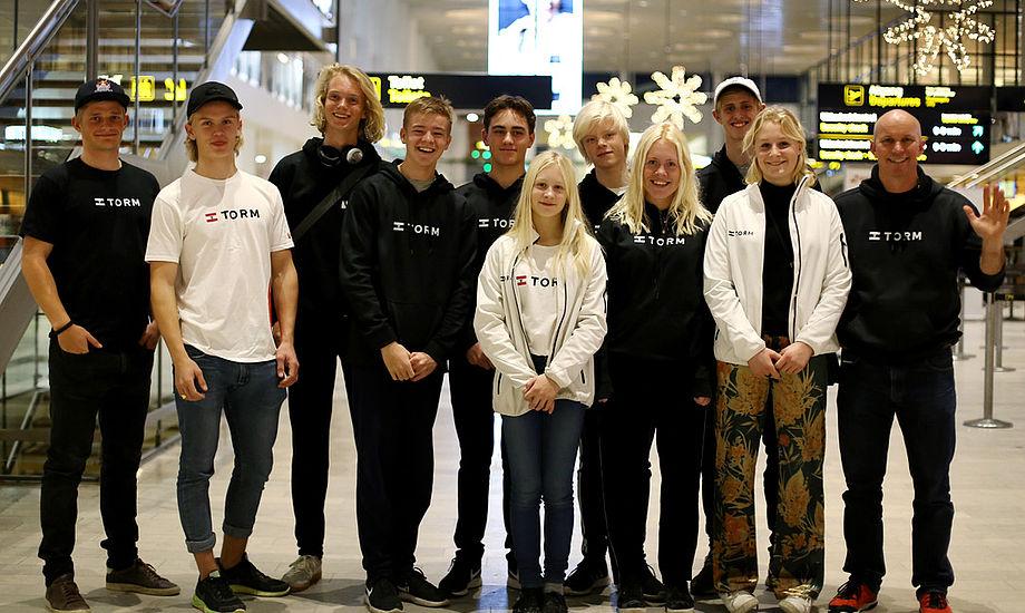 Klar til afgang mod Kina, fra venstre: Mathias Borreskov (træner), Emil Lund (RS:X), Johan Schubert (Laser R), Frederik Bruun (29er), William Johannesen (Nacra 15), Katrine Schmidt (29er), Emil Kjær (Nacra 15), Michala Norsell (Laser R), Mads Fuglbjerg (29er), Johanne Schmidt (29er) og Jan Christiansen (holdleder og træner). Foto. Dansk Sejlunion
