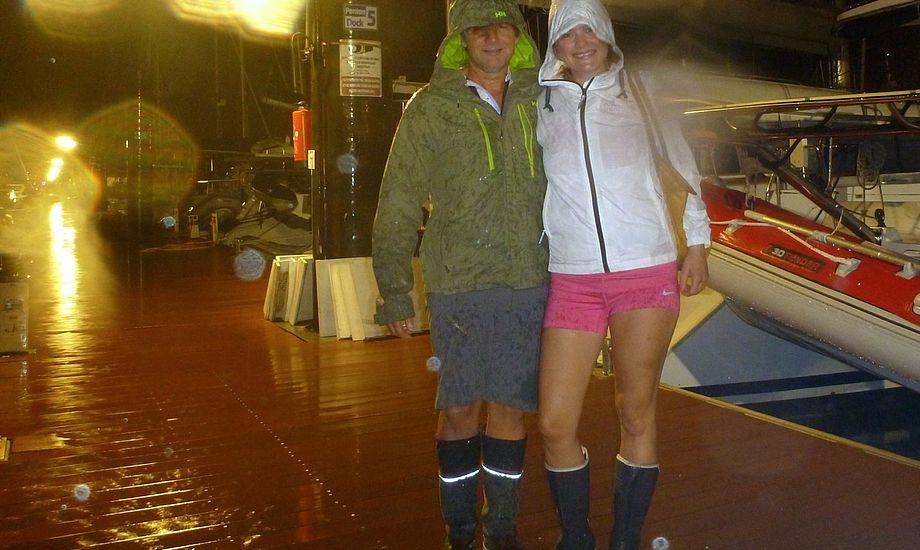 På vej til julemiddag i silende regn. Jeg har skubbet min kjole op under jakken og har shorts på under, skriver Signe.