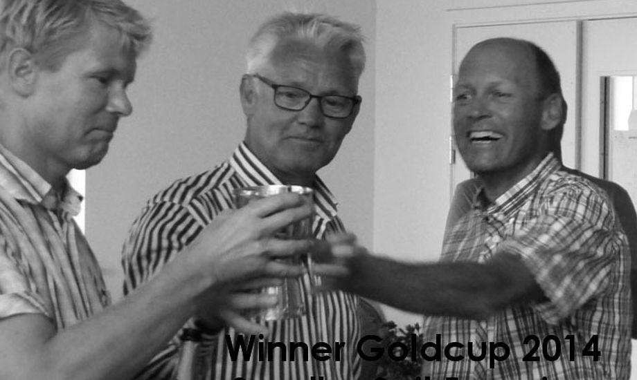 Fra venstre ses Claus Nygaard, Michael Empacher og Brian Frisendahl med den dyre Guldpokal, der vist normalt står i en bankboks. Vinderen skal servere champagne i den til tidligere vindere. - Det blev dyrt, siger Brian.