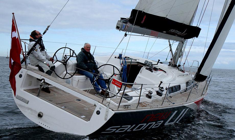 Salona 41 under bådtest på Øresund. Bemærk agterbænken, der også kan bruges til landgang. Foto: Troels Lykke