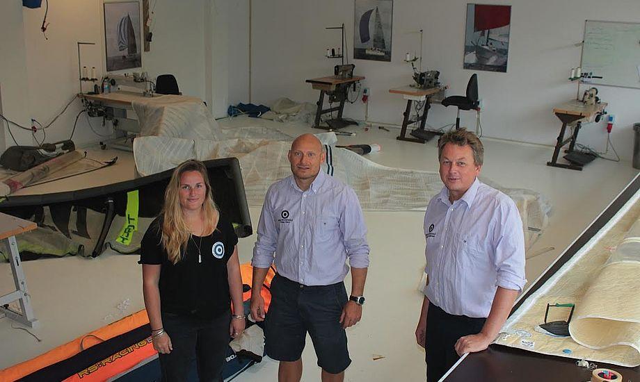 Sejlmagerlærling Sofia Holloway står her med Peter Havn og Søren Andersen. Peter og Søren har siden a2007 arbejdet sammen med det internationalt kendte Neilpryde Sails.