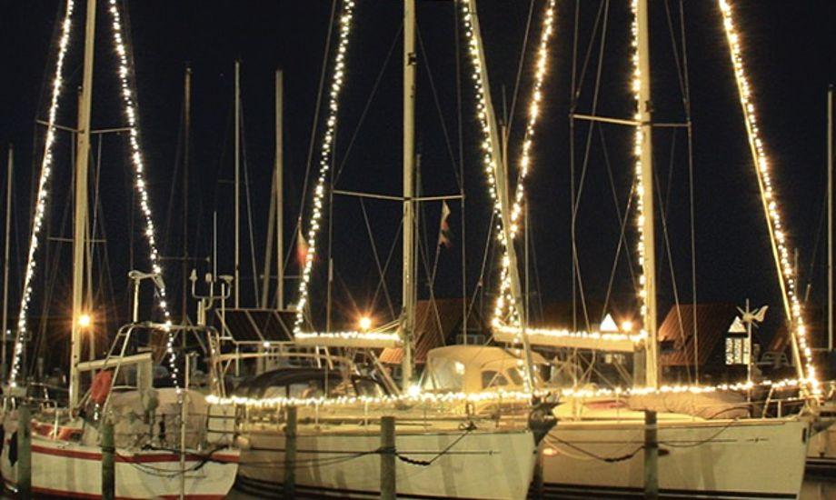 I december har fastliggerne i Skive med lys på bådene bragt julestemning til havnen. Noget, som både havnefogeden og byen sætter pris på. Foto: Skive Søsports Havn