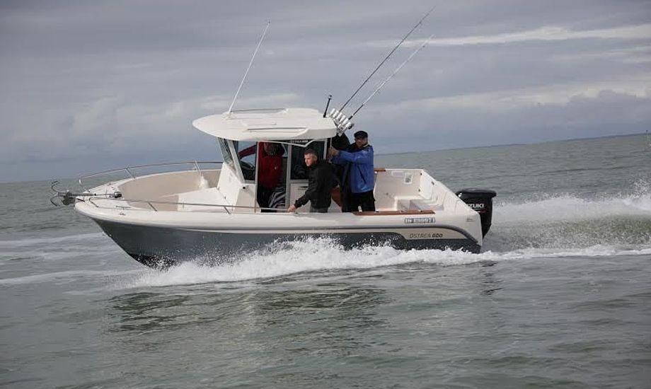 Benjamin Kristensen fra Duelighedsklubben vejleder sejlerne til sikker sejlads. Foto: Troels Lykke