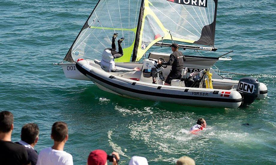 Jonas Warrer hænger i luften i Santander. Kæmpe jubel. Foto: Flemming Ø. Pedersen