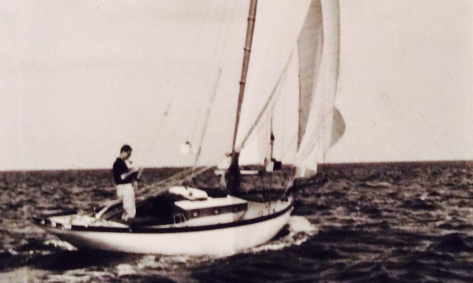 Snarken, som den så ud fra 1912 til midt i tredserne. Det er Niels, min gamle ven i Portugal, der står ved rorpinden, en gang sidst i halvtrredserne. Han var dedikeret sejler, sejlede adskillige langture i hele Skandinavien, havde ingen motor i båden, og var i øvrigt i en årrække skattet instruktør i Frems sejlerskole.