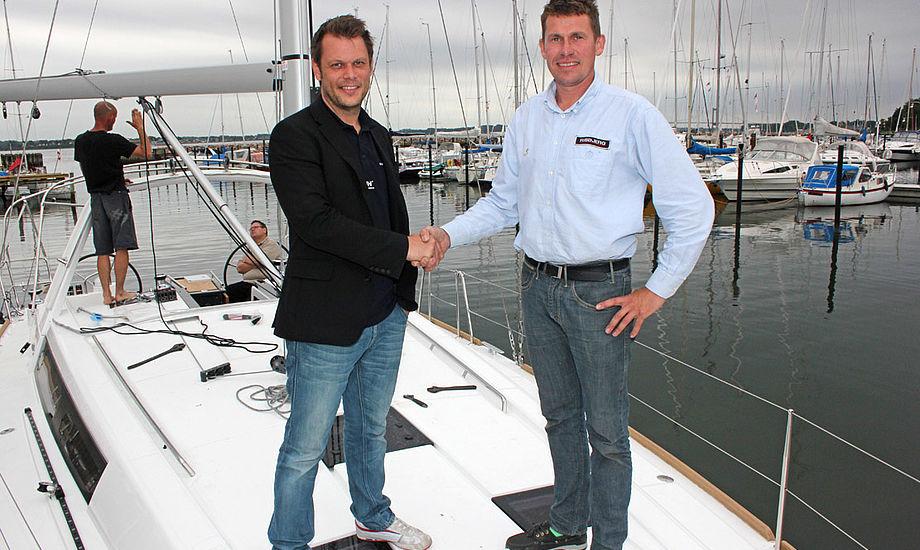 Fredericias nyrenoverede lystbådehavn dannede rammen, da Ole Risbjerg (th) fra RISBJERG A/S tidligere på sommeren leverede en 41-fods Beneteau til en kunde