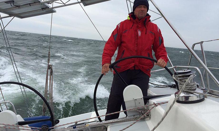 Henrik Poulsen på sin Centerline 40 i regn i Vesterhavet. Foto: Morten Linnebjerg