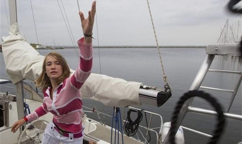 Både Guiness Rekordbog og World Sailing Speed Record Council har besluttet ikke at anerkende rekorder for yngste personer, der sejler jorden rundt alene af frygt for, at det kan motivere andre til at kaste sig ud i lignende risikable sejladser.