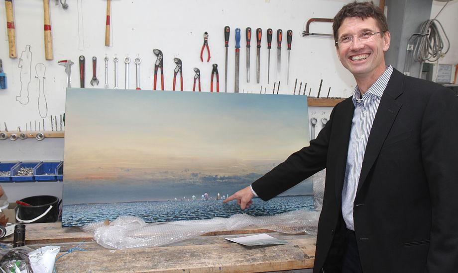 Jens Quorning peger her på sin båd, der befinder sig på Ken Ziers flotte maleri, som Jens fik i gave af sin hustru, Lene. Foto: Troels Lykke