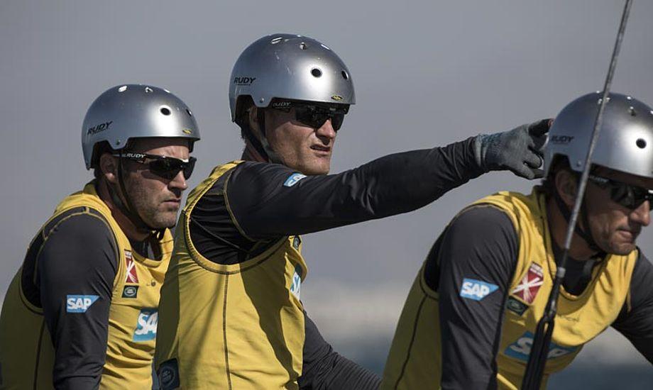 Der er intens koncentration om bord på SAP Extreme Sailing Team i Oman. Foto: Extremesailingseries.dk