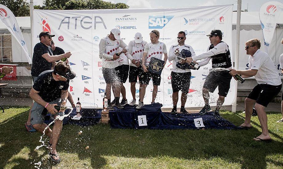 Champagnen flød, da vinderne blev hyldet i Brejning. Foto: Camilla Hylleberg Photography