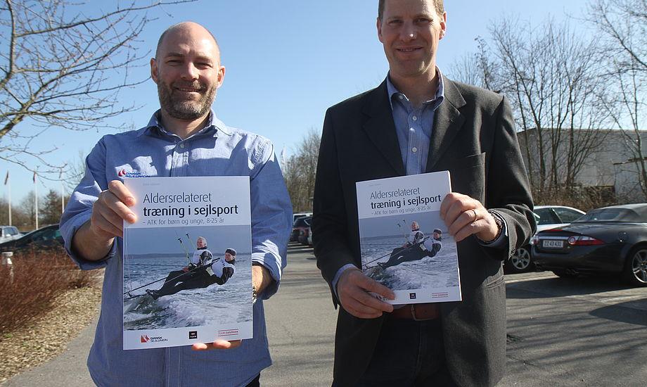 Christian Steffensen og Thomas Jacobsen fra Dansk Sejlunion har været tovholdere på bogen med flotte fotos og tips. Foto: Troels Lykke