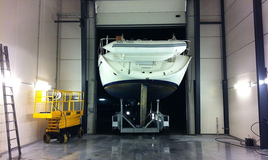 Med et komplet håndteringsudstyr, kan Boatclub håndtere både op til 50 fod. Her ses en Bavaria 46 på vej ind i vaskehallen efter optagning.