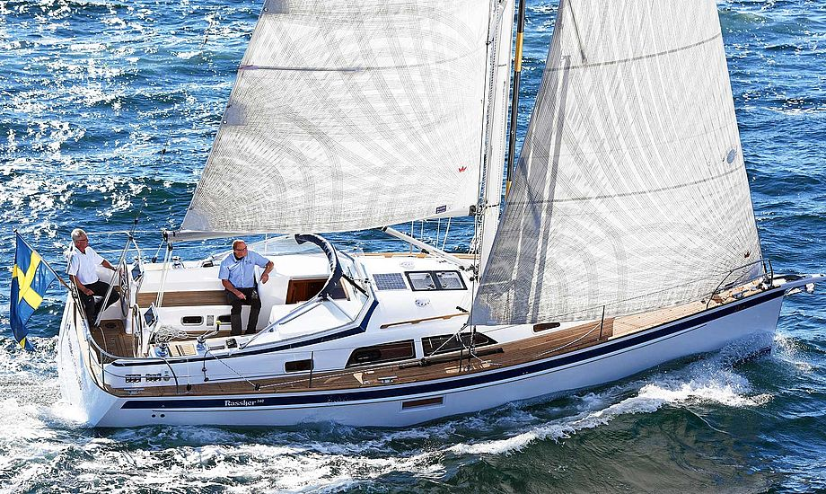 Der var desværre ikke frisk luft da minbaad.dk testede Hallberg Rassy 340, men ifølge vores kolleger på Yacht, sejler båden 6,6 knob på kryds i vindstyrken, som der ses på billedet. PR-foto