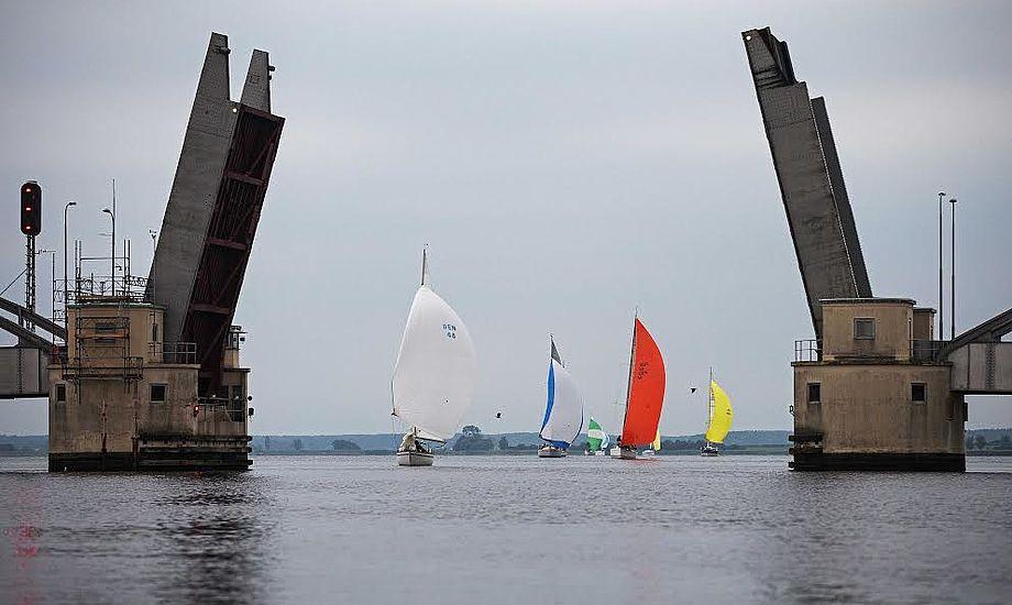 Deltagerne skal blandt andet passere Guldborgsundbroen, som vil stå åben for sejlerne. Foto: Vegvisir Race / Jan Sommer