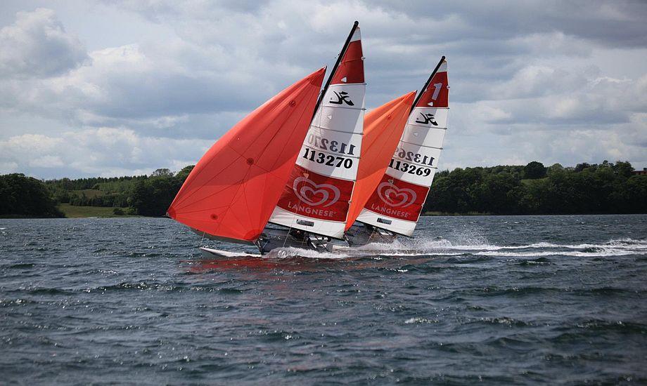 Med reklamerne og farverne i sejlet bliver det nemme for tilskuerne at følge med. Foto: Emil Landry