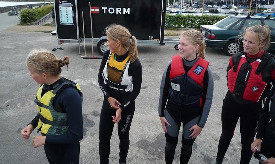 Nogle kække tøser venter på et ledigt surfbræt. Foto: Hellerup Sejlklub