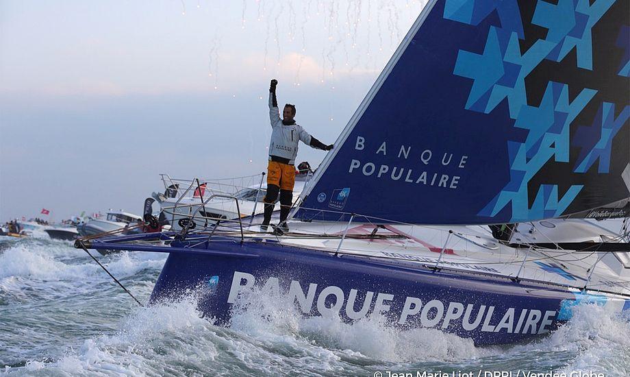 Le Cléac'h, 39 år, ses her i mål i Les Sables d'Olonne. Det hjalp at sejle med foils, tilsyneladende. Et to og tre i feltet sejler således med foils.