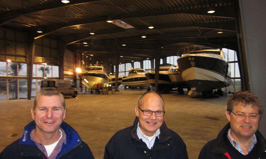 Fra venstre: Stewart, Gert og Henrik fra Tempo Bådsalg i den nye, store hal på Ishøj Havn. Foto: Troels Lykke