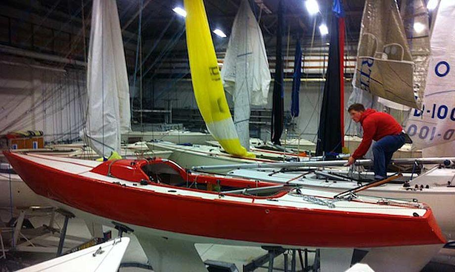 Hellerup Sejlklubs store opvarmede hal gør, at klargøringen af klubbådene starter tidligt. Fotos: Niels Moldrup