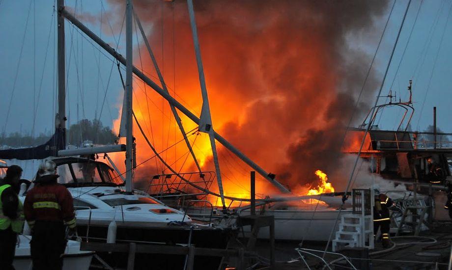 Det vurderes, at både for 5 mill. kr gik op i røg, en forårsaften i maj 2010. Foto: Michael Rosengaard, www.brand-ishoj.dk