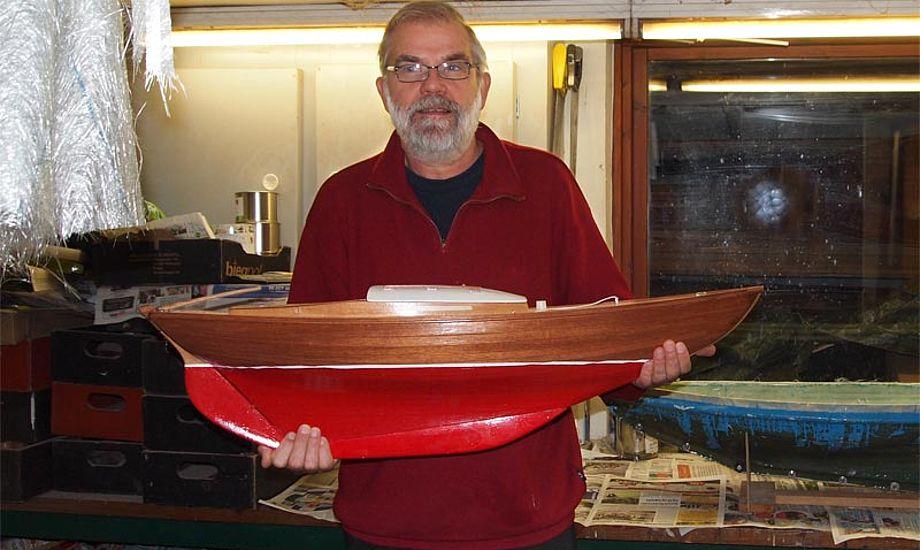 Johs Egede Olsen med 1:8 træmodelfolkebåd, lavet af Finn Wighorst fra Holbæk. Foto: Johs Egede Olsen.