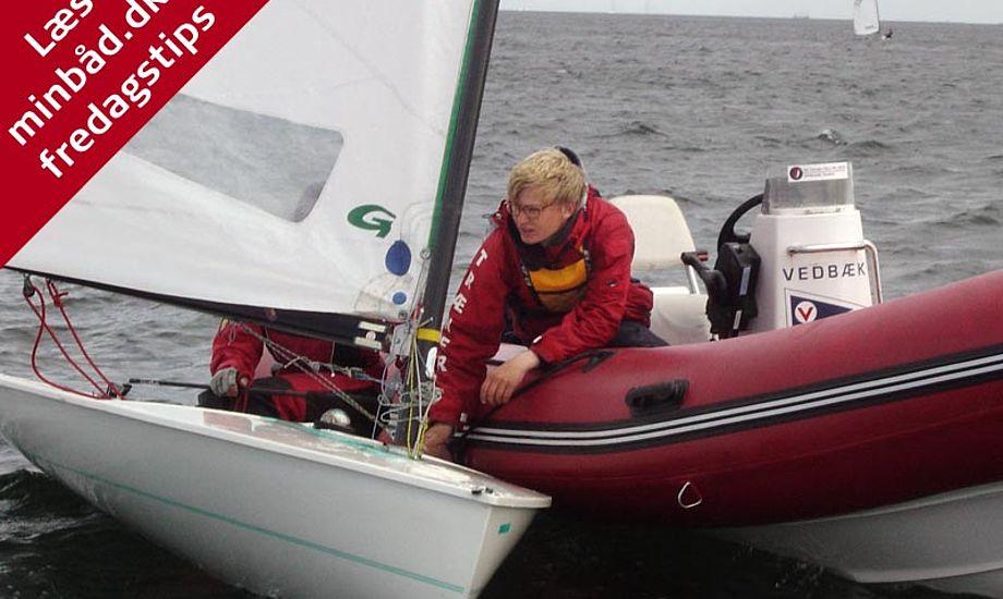 Christian Rindom instruerer en E-jolle sejler i Vedbæk. Foto: Christian Rindom