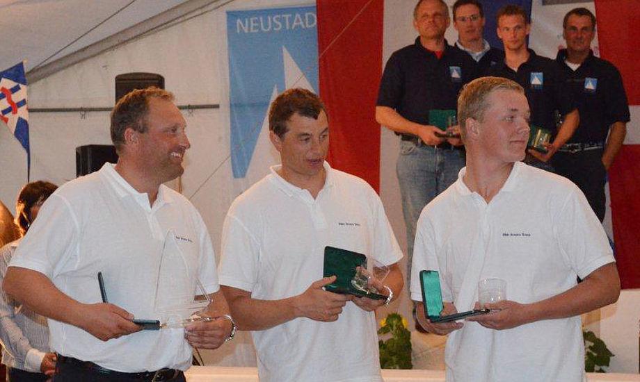 Det blæste i dag igen i Neustadt igen for H-bådene, Claus Høj Jensen og besætning vejer de tilladte 300 kilo til sammen. Foto: Uffe Dreiser