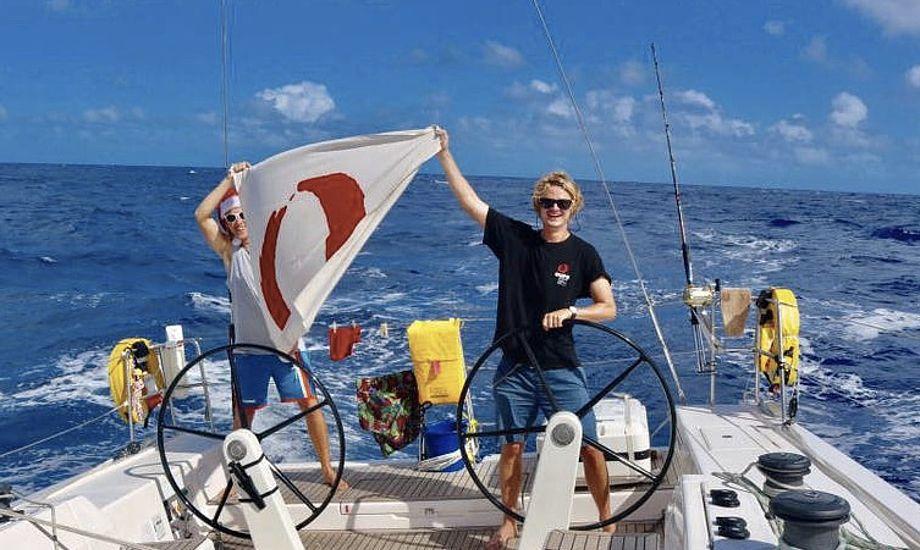 Pro-skipperne Victor Fuglsang og Jonas Foged Larsen lader Oure-flaget blafre over Atlanten. Foto: Oure Sport og Performance / privat