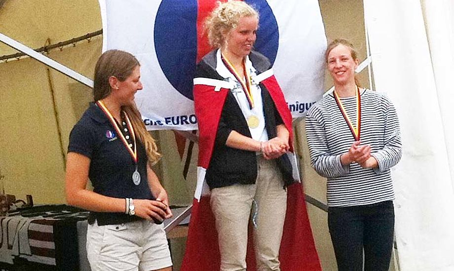 Christina Andersen (i midten) fra Skovshoved Sejlklub / Hellerup vandt Europe guld for piger under 19 år til EM – og sølv samlet. Hendes bror Tobias vandt i øvrigt den danske Optimistrangliste, så familien Andersen skal vist snart udvide præmiehylden. På billedet ses til højre Josephine Frederiksen som vandt bronze for piger under 19 år