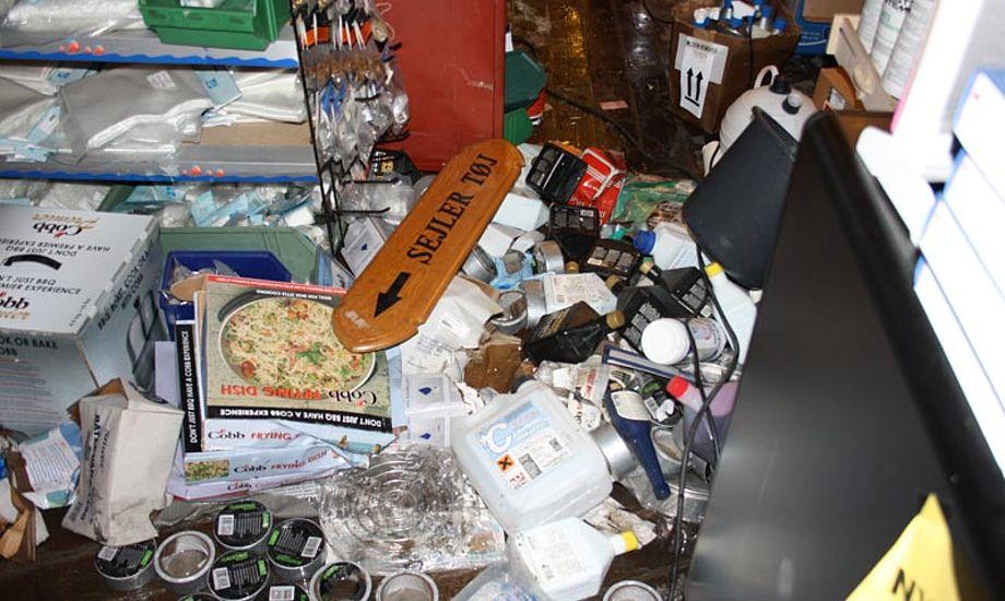 Claus V fik vendt op og ned på butik og lager. Butikken holder åben, men med begrænset varesortiment. Foto: Bo Ebsen