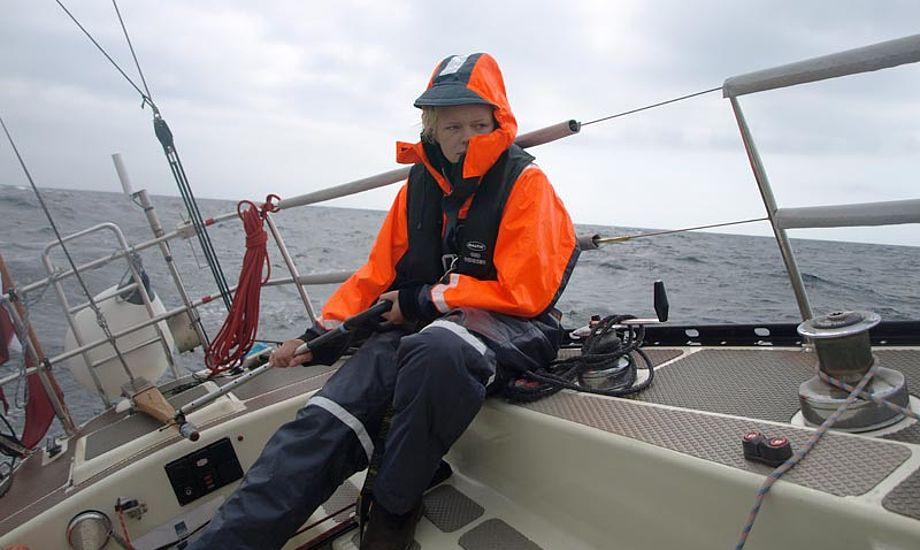 Louise tager sin tørn ved roret over Skagerak. Foto: Erik Venøbo
