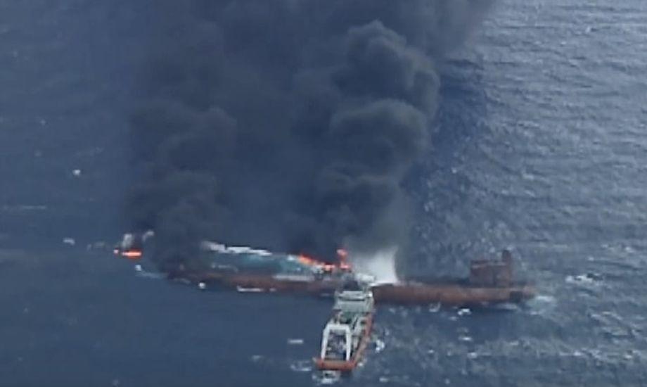 En lang røgsky har i flere dage stået fra skibet. Foto: YouTube