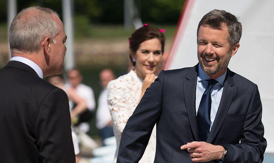 Kronprinsen, der sejler Drage,  var i godt humør i Aarhus i dag. Foto: Peter Brøgger