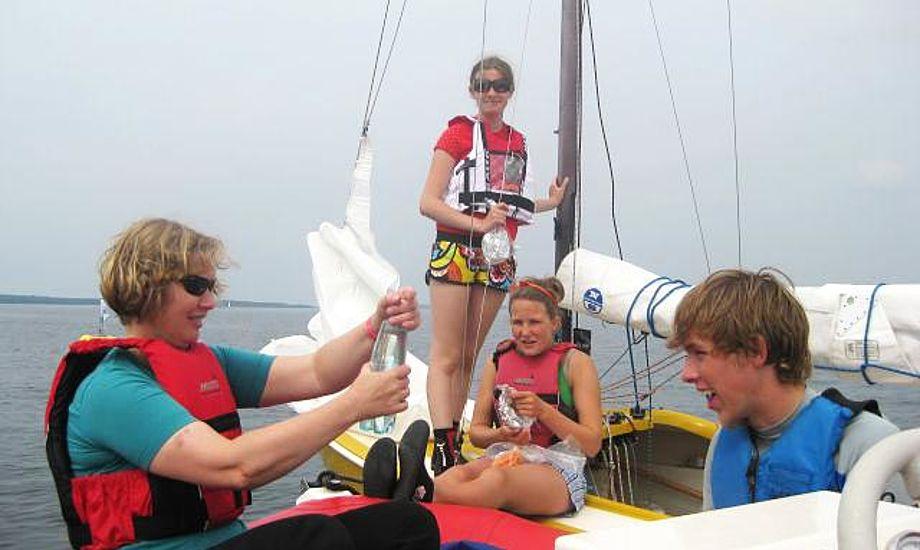 Ilene Eriksen på vandet med potentielle unge kapsejlere. Foto: YF