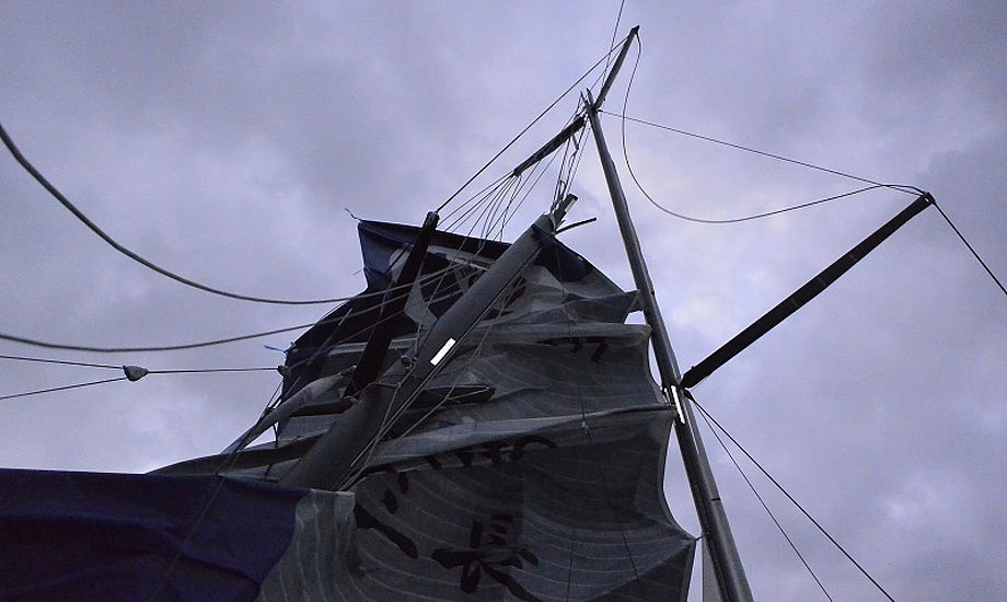 Masten knækkede da det blæste 10 m/sek. Foto: Kojiro Shiraishi