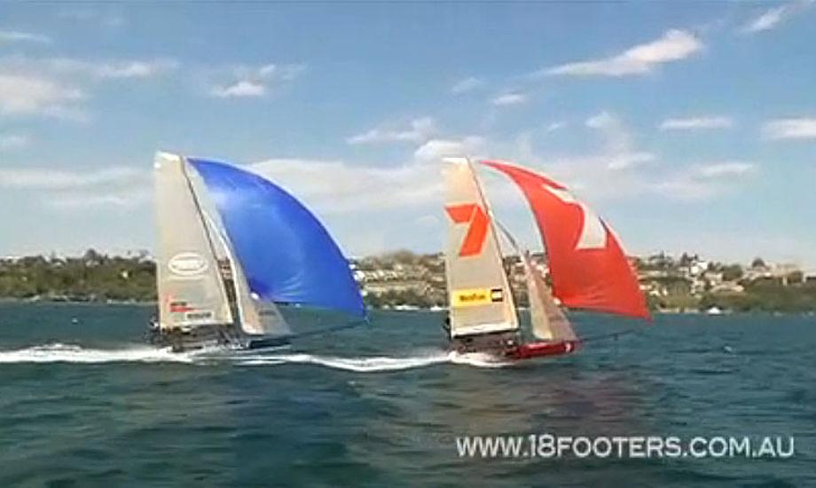 Billede af de to førende 18-footere få sekunder før de tager en fælles badetur. Foto:18footers.com.au