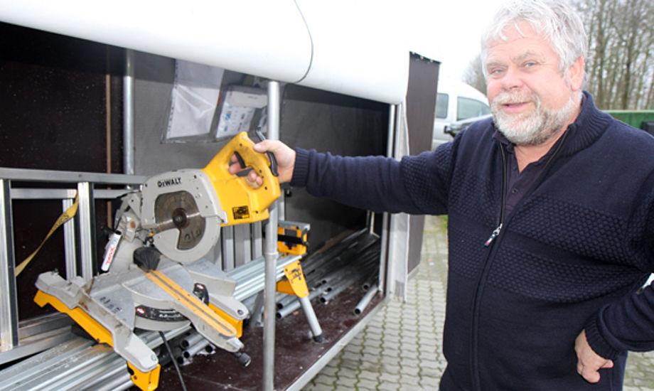 Oluf Grønkjær viser her maskinen, der skærer stålstellet til presenningerne. Foto: Troels Lykke