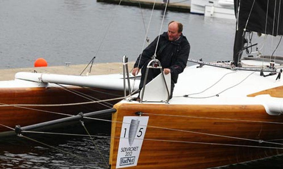 Jan Andersen på Barracuda, en one off Trimaran. Han har selv bygget båden i træ, og riggen i kulfiber.