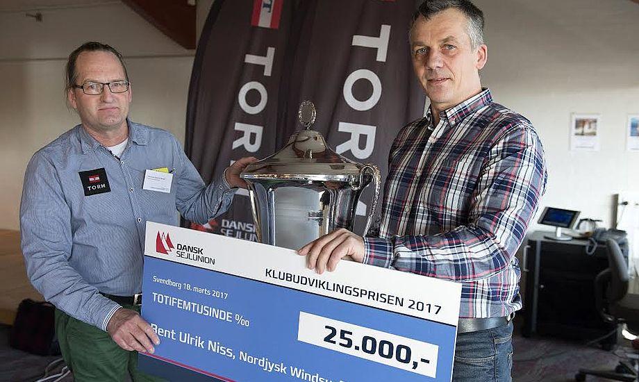Christian Hangel, tv., uddeler pris til den 50-årige nordjyde, Bent Ulrik Niss. Foto: Flemming Ø. Pedersen/Dansk Sejlunion