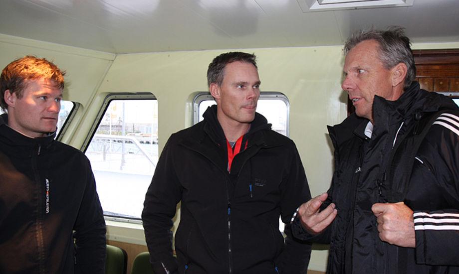 Rasmus Køstner, tv., med Michael Hestbæk og Jochen Schumann på pressebåd i Valencia i mandags. Foto: Troels Lykke