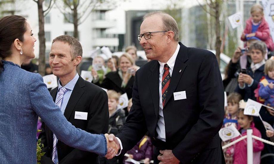 Kronprinsesse Mary hilser her i Tuborg Havn på KDYs formand Kim Andersen, mens DS-formand Hans Natorp ser på under åbning af en solkampagne fra Kræftens Bekæmpelse.