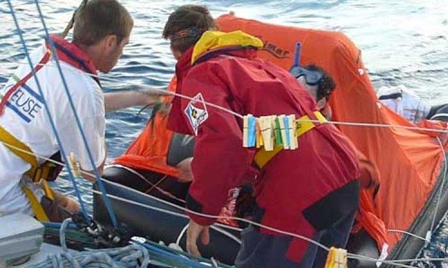 Mathieu Claveau i redningsflåden. Foto: charentemaritime-bahia.transat650.net